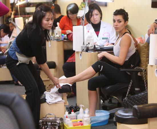 Kim Kardashian // Nail Salon in LA