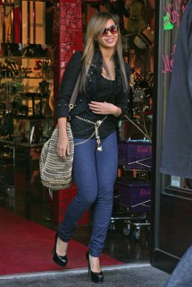 Beyonce leaving Patricia Field\'s store in NYC (Mar. 17th 2009)