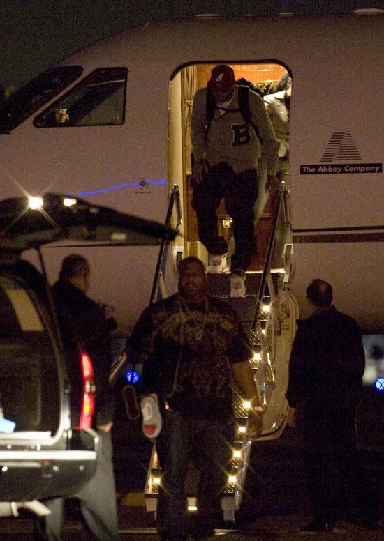 Chris Brown Arriving in Los Angeles (Mar. 2nd 2009)