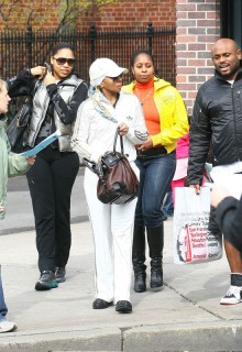 Mary J. Blige shopping in New York (Mar. 28th 2009)