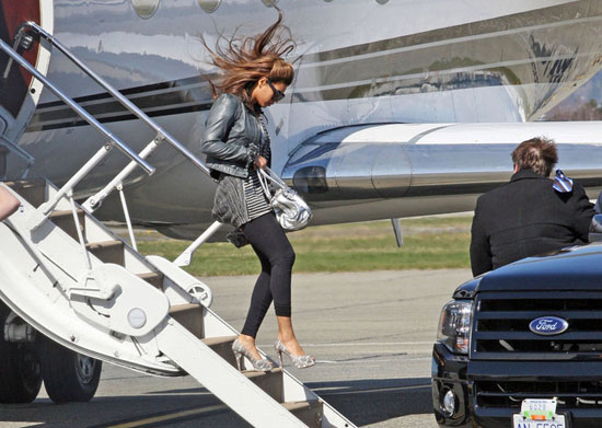 Beyonce arrives in Vancouver, BC (Mar. 31st 2009)