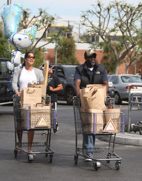 Kimora Lee & Djimon Honsou grocery shopping (Apr. 13th 2009)