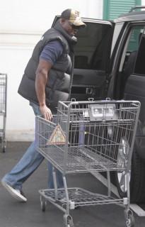 Djimon Honsou grocery shopping (Apr. 13th 2009)