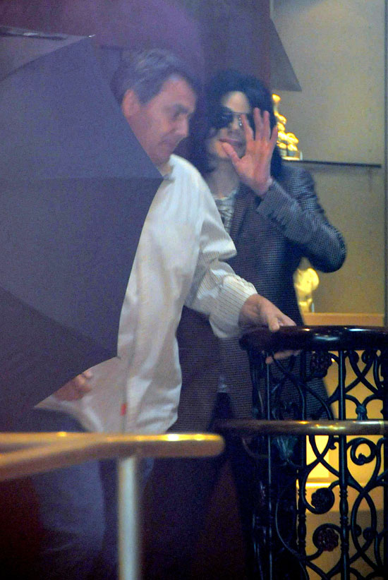 Michael Jackson leaving antiques store in Beverly Hills (Apr. 9th 2009)