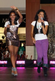 Angela Simmons & Vanessa Simmons // Pastry Mall Tour 2009 at Aventura Mall in Florida