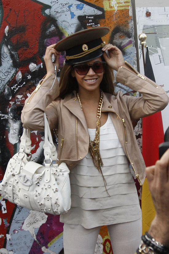 Beyonce sightseeing in Berlin, Germany (May 8th 2009)