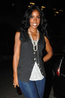 Kelly Rowland leaving Mr. Chow\'s restaurant in Los Angeles (May 18th 2009)