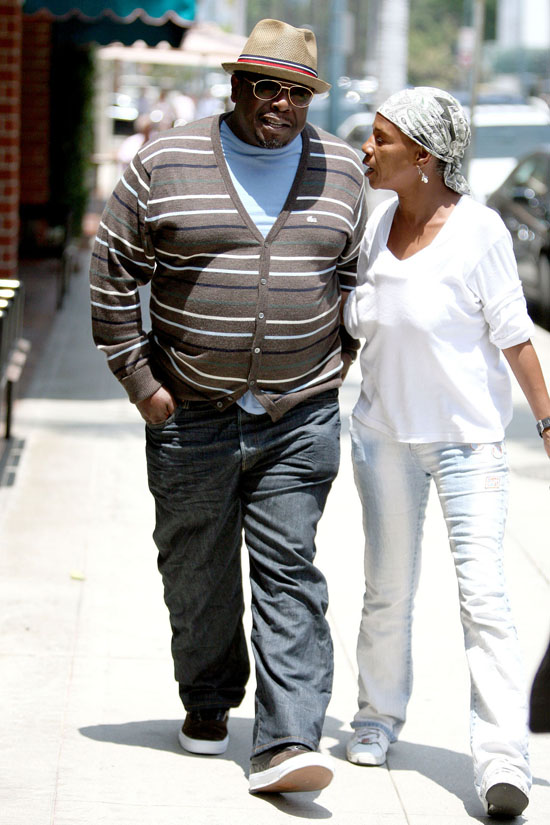 Cedric the Entertainer & Quween at a Beverly Hills Beauty Salon (May 27th 2009)