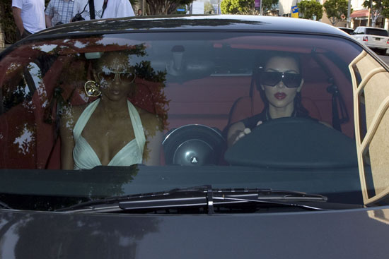Ciara & Kim Kardashian at the Ivy in Beverly Hills (May 14th 2009)