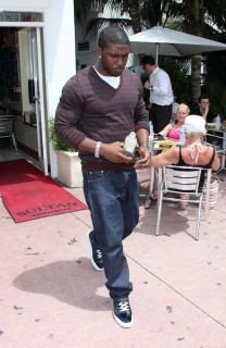 Reggie Bush leaving Miami Beach restaurant (May 18th 2009)
