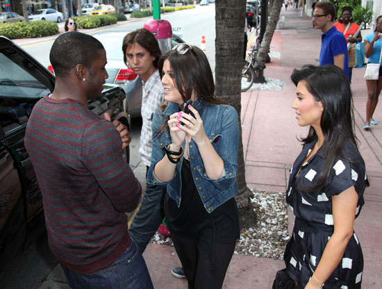 Reggie Bush, Kim Kardashian & Khloe Kardashian outside Miami Beach restaurant (May 18th 2009)