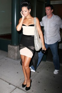 Rihanna outside of Kanye West\'s apartment (May 22nd 2009)