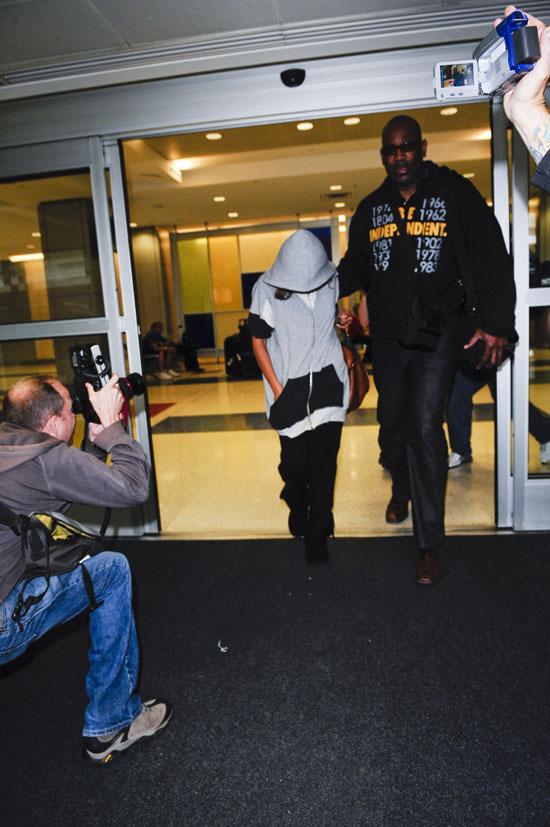 Beyonce leaving JFK Airport in NYC (June 10th 2009)