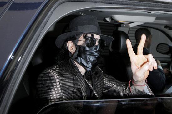 Michael Jackson leaving medical building in LA (June 9th 2009)