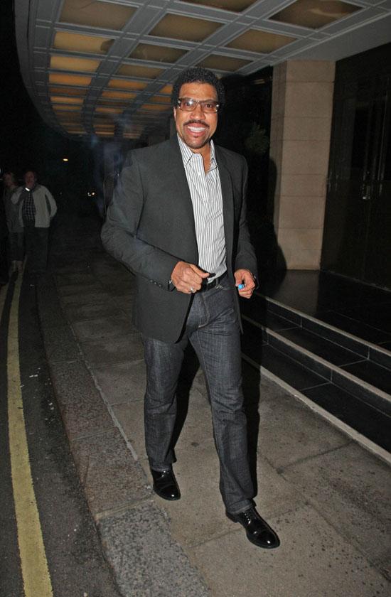 Lionel Richie outside the Dorchester hotel (June 10th 2009)