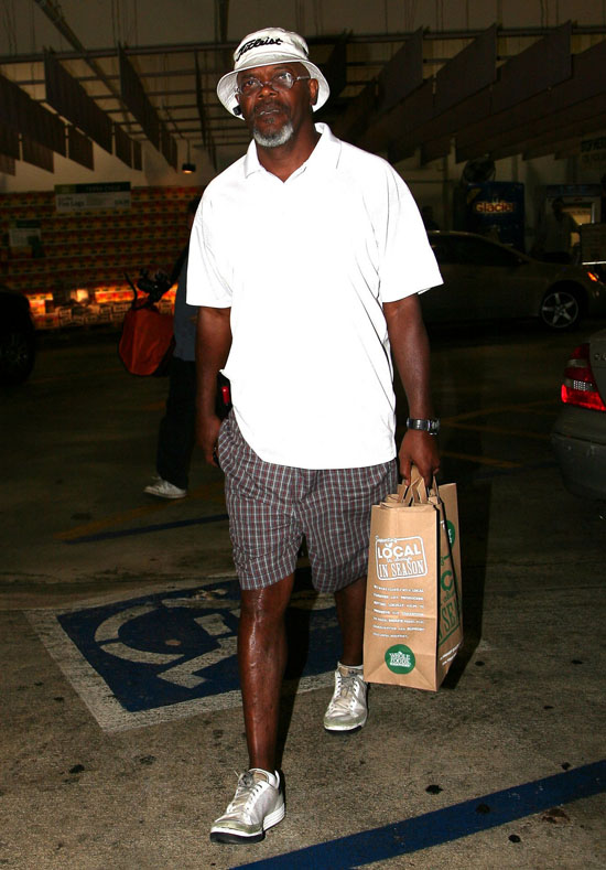 Samuel L. Jackson leaving Whole Foods in Los Angeles (June 18th 2009)