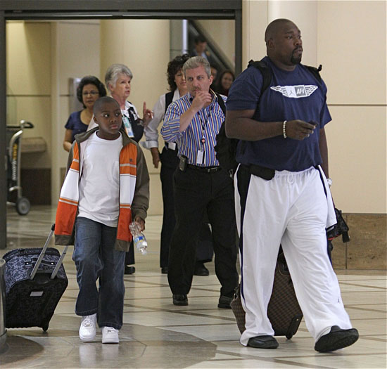Warren Sapp at LAX airport with his son Warren Jr. (June 22nd 2009)