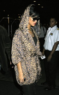 Rihanna (in the rain) outside her Manhattan hotel (June 18th 2009)