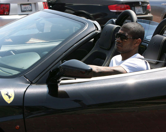 Usher shopping at Cross Creek in Los Angeles (June 2nd 2009)