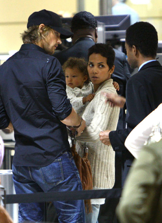 Halle Berry, Gabriel Aubry & their daughter Nahla at LAX Airport (July 1st 2009)