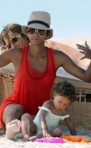 Halle Berry, Gabriel Aubry and their daughter Nahla at the beach in Miami (July 8th 2009)