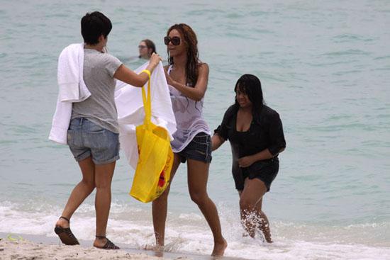 Beyonce at Miami Beach (June 30th 2009)