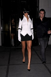 Rihanna on her way to 1 Oak nightclub in NYC (June 29th 2009)