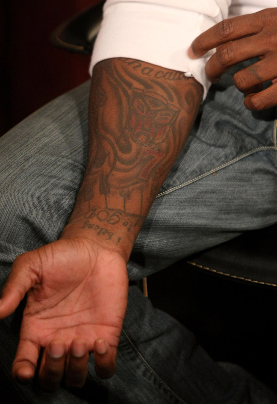 "Tyrese\'s new Transformers tattoo // Fuse\'s ""No. 1 Countdown\"" (July 2nd 2009)"