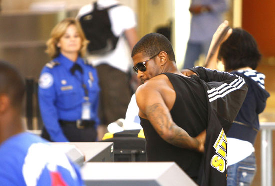 Usher boarding a flight at LAX in Los Angeles (July 27th 2009)