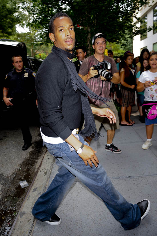 marlon wayans leaving his hotel in nyc august 4th 2009