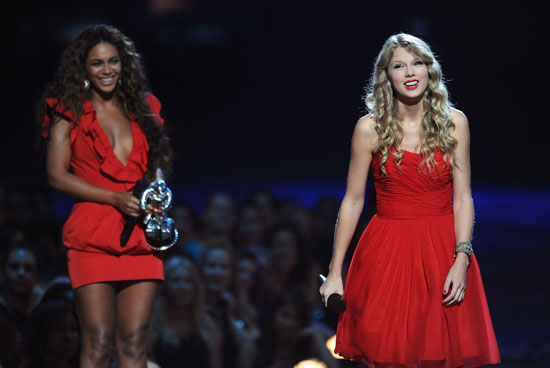 Beyonce gives Taylor Swift another chance to finish her speech at the 2009 MTV Video Music Awards