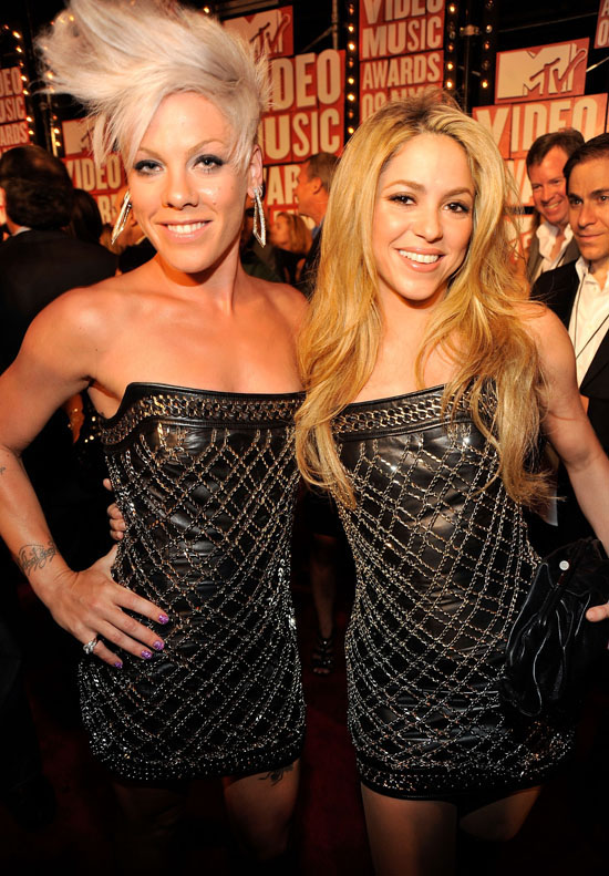 Pink and Shakira wear the same dress on the Red Carpet at the 2009 MTV Video Music Awards