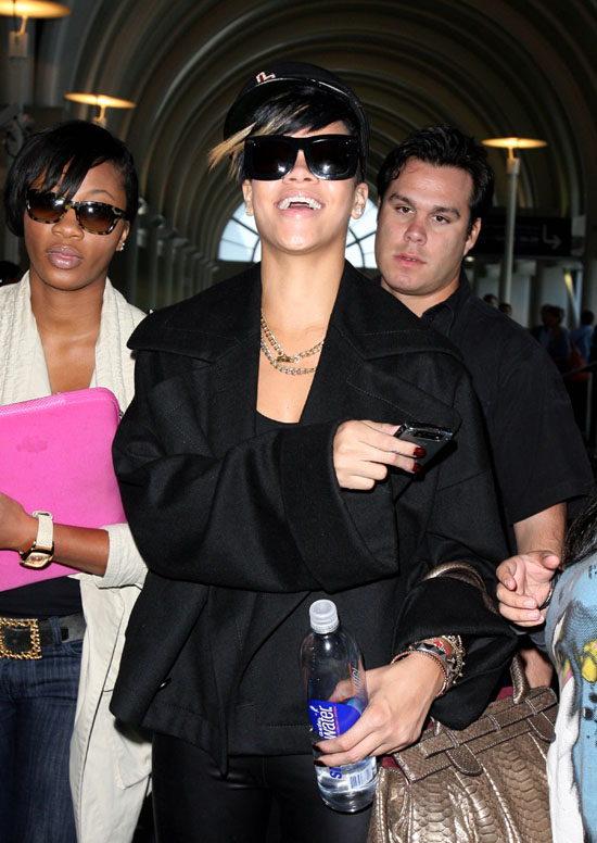 Rihanna at LAX airport in Los Angeles (September 15th 2009)