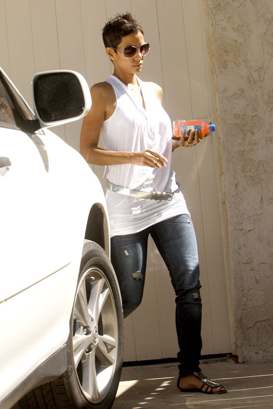 Halle Berry leaving a friend's house in Los Angeles (October 1st 2009)