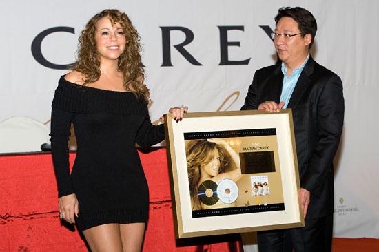 "Mariah Carey & Universal Korea CEO Yang Bum-Jun // Press Conference for Her ""Memoirs of An Imperfect Angel"" Album in Korea"