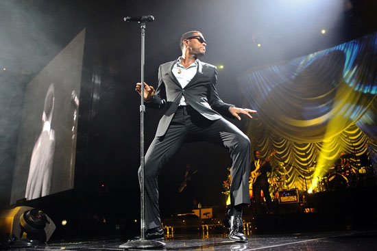 """Maxwell performs at New York City's Madison Square Garden for his """"BLACKsummers'night"""" fall tour (September 28th 2009)"""