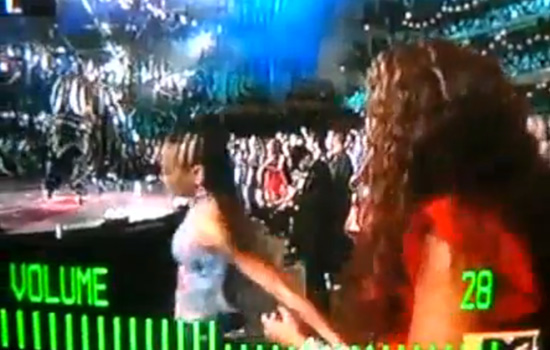 [VIDEO] Beyonce Tries to Stop Lil Mama From Going to the Stage at the 2009 VMAs! (click to watch!)