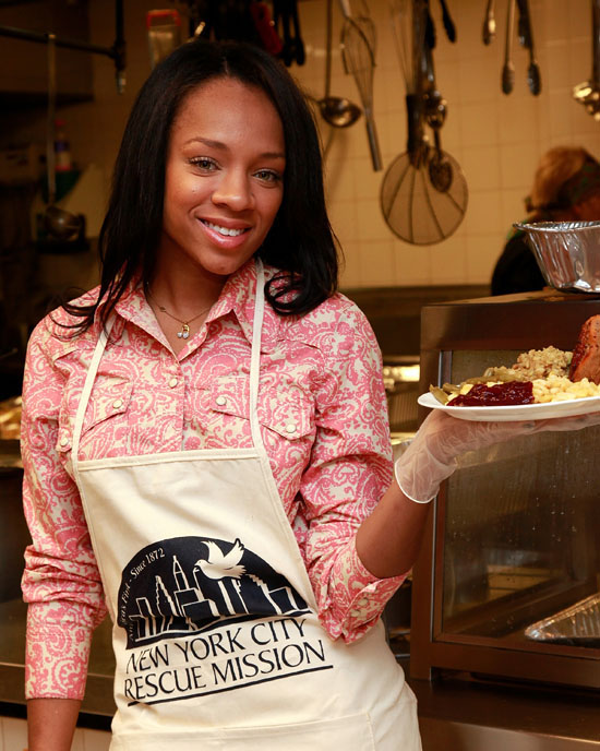 Lil Mama volunteering at the New York City Rescue Mission on Thanksgiving