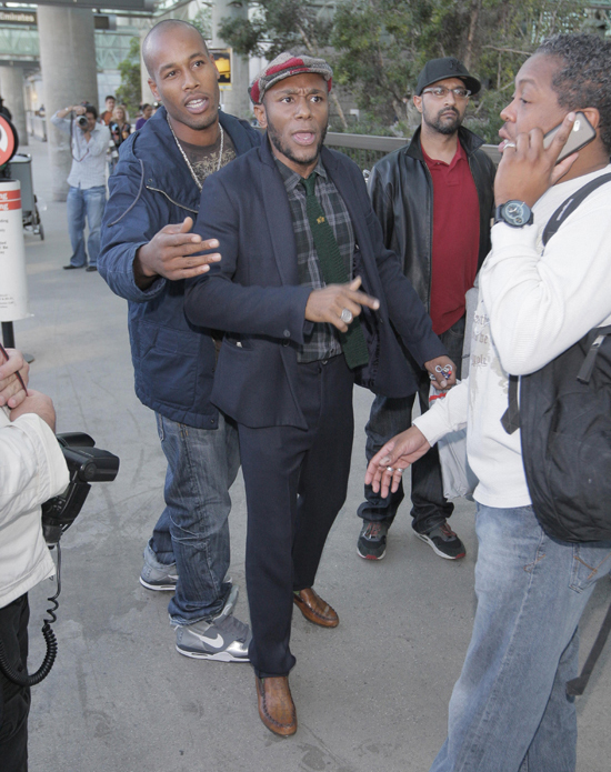 Mos Def fighting with the paparazzi outside LAX in Los Angeles (October 29th 2009)