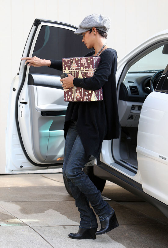 Halle Berry dropping off a friend's Christmas gift in Los Angeles - December 17th 2009