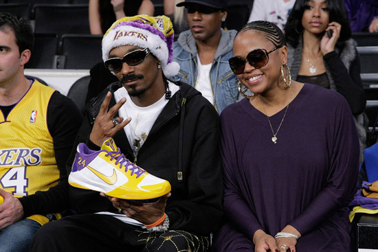 Snoop Dogg & his wife Shante Broadus // Los Angeles Lakers vs. Cleveland Cavaliers basketball game in LA - December 25th 2009