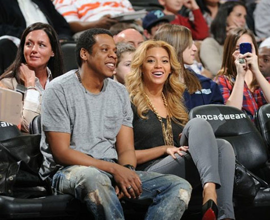 wholesale dealer 0c3a2 6a5f0 Beyonce and Jay-Z at the Nets vs. Suns Basketball Game in ...
