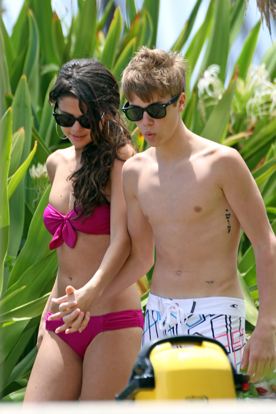 justin bieber and selena gomez in hawaii making out. Return To: Justin Bieber and