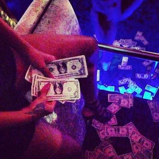 rihanna-dollars2