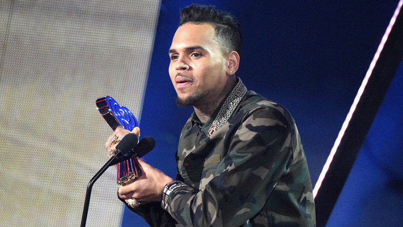 Tremendous Chris Brown Debuts Brand New Perm At Iheartradio Music Awards Short Hairstyles For Black Women Fulllsitofus