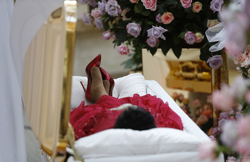 aretha franklin open casket photo goes viral family wanted
